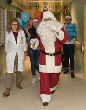 Centro Hospitalar de Leiria recebe Pai Natal com surpresas para crianças e idosos